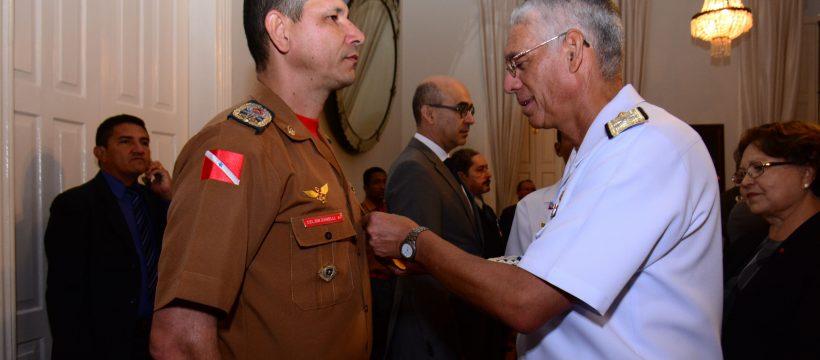 Comandante Geral do CBMPA recebe medalha de Amigo da Marinha.