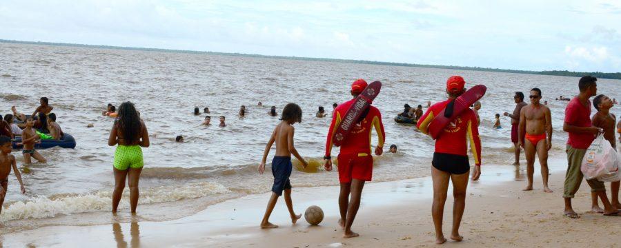 Banhistas aproveitam o último dia de carnaval nas praias de Mosqueiro e Outeiro.