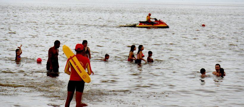 Centenas de banhistas aproveitam o domingo em Outeiro
