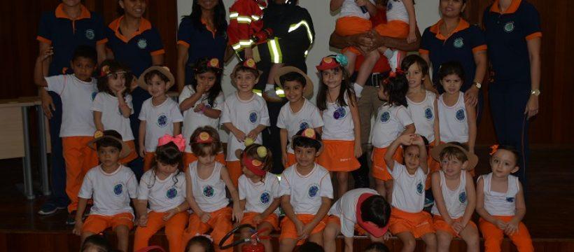 Alunos da Escola de Educação Bilíngue Step by Step visitam o Quartel dos Bombeiros