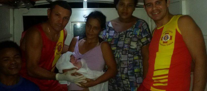 Bombeiros ajudam mulher em trabalho de parto