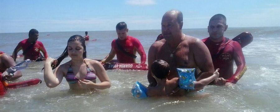Guarda vidas realizam resgate aquático de duas vitimas em Salinas