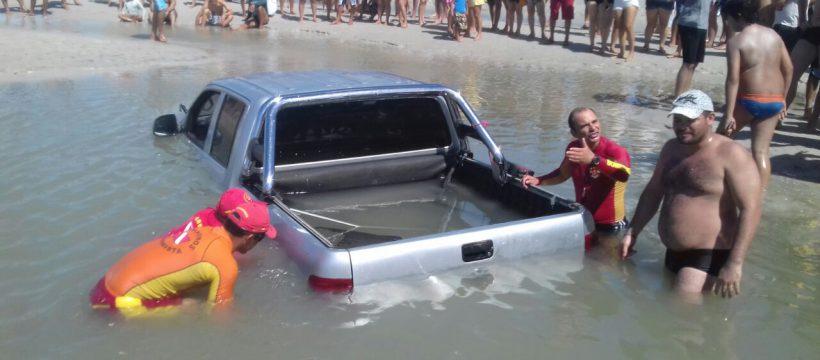 Bombeiros e PMs retiram veículo submerso em Salinas