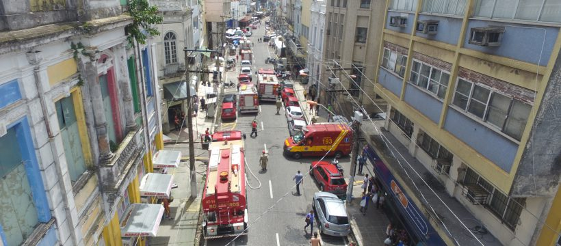 Bombeiros controlam incêndio em loja no comércio de Belém