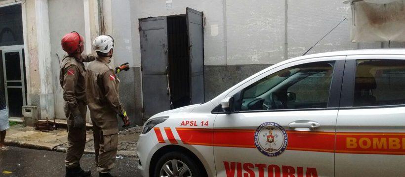 Após controle de incêndio bombeiros realizam perícia em local