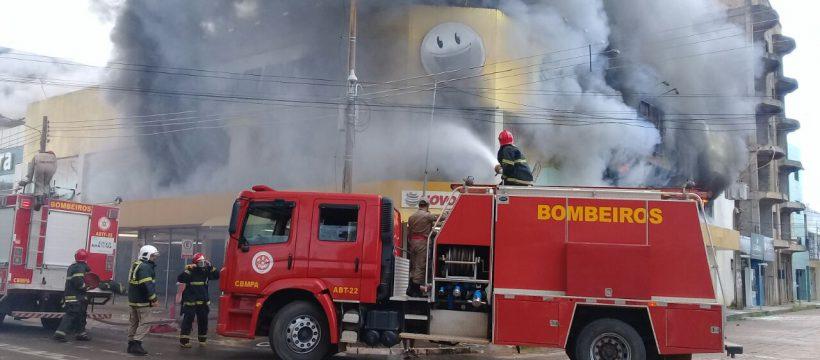9º GBM CONTROLA INCÊNDIO NO CENTRO COMERCIAL DE ALTAMIRA