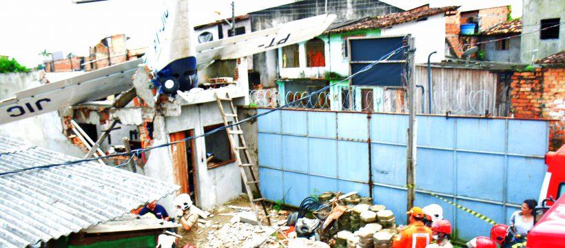 BOMBEIROS RESGATAM VÍTIMAS DA QUEDA DE AVIÃO MONOMOTOR EM BELÉM