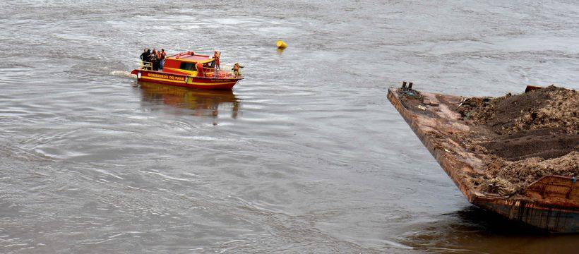 Corpo de Bombeiros e Marinha do Brasil intensificam buscas a possíveis vítimas de queda de ponte.