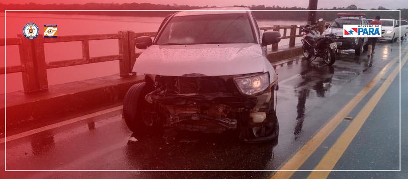 Carro bate na mureta da ponte de Mosqueiro