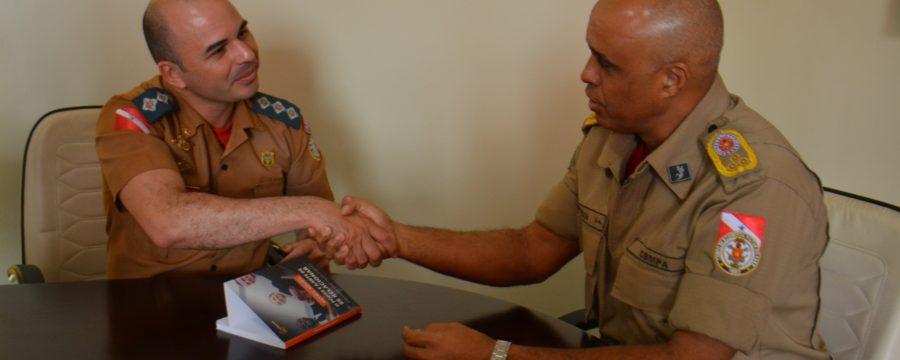 Com lançamento para amanhã, Bombeiro Militar apresenta seu livro de coautoria aos Comandantes do CBMPA