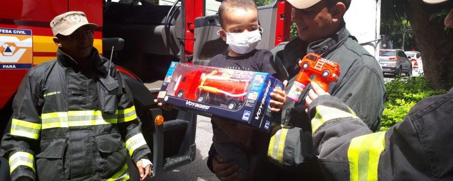 Menino com leucemia ganha brinquedo e surpresa do Corpo de Bombeiros