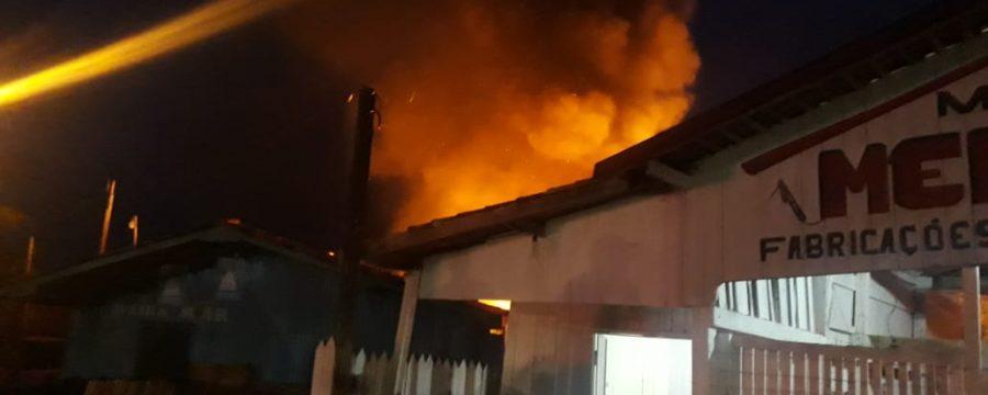 Bombeiros Militares controlam incêndio em madeireira no município de Soure, ilha do Marajó