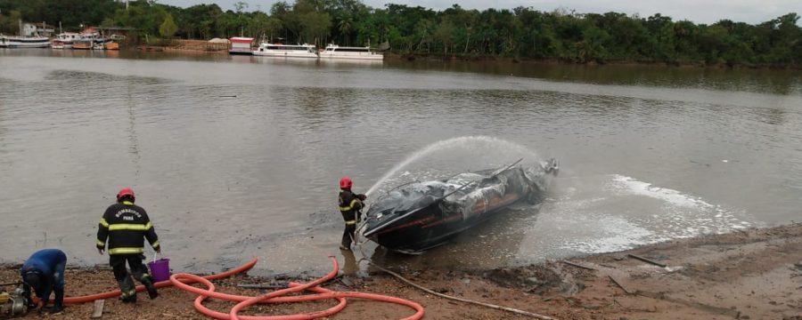 CBMPA realiza combate a incêndio em embarcação no município de Barcarena